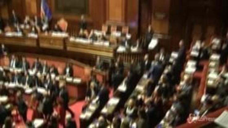 """Senato, le grida dell'opposizione: """"Onestà, onestà"""""""
