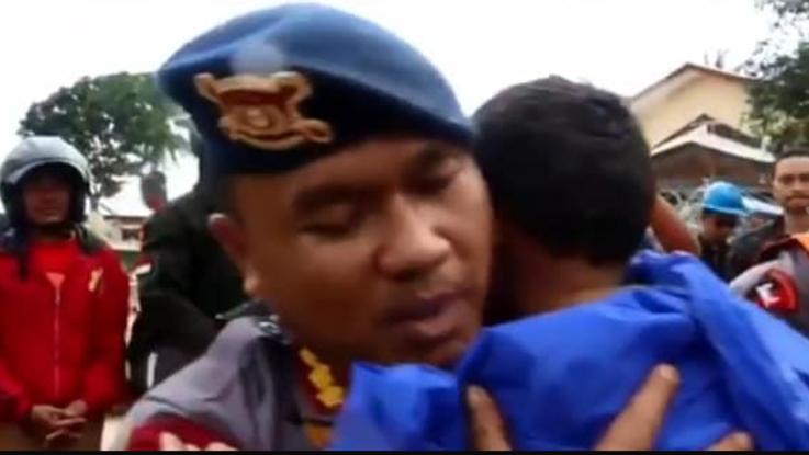 Indonesia, bimbo estratto vivo dopo 12 ore | Video