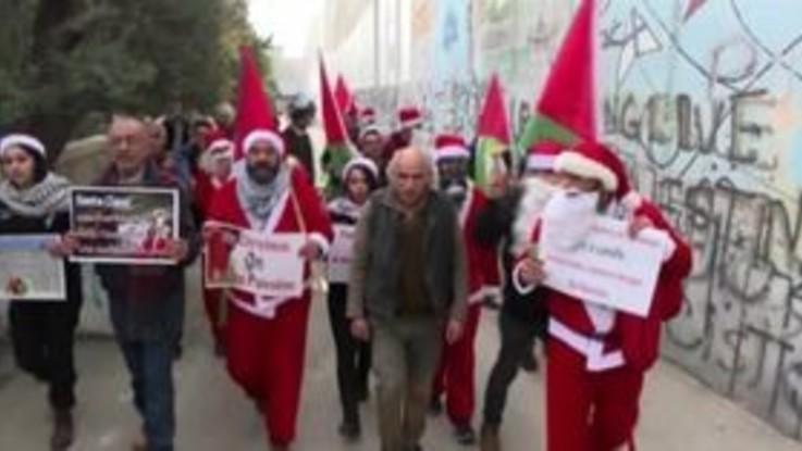 Betlemme, palestinesi in protesta vestiti da Babbo Natale