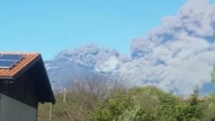 Etna, una nuvola di fumo grigio e bianco: le spettacolari immagini dell'eruzione