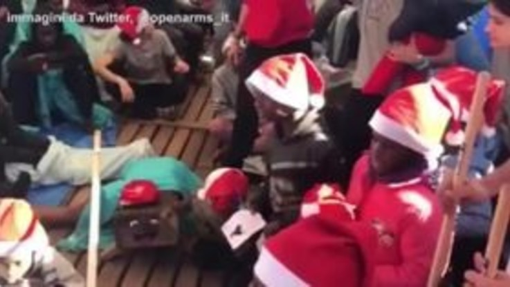 Open Arms, i migranti scartano i regali di Natale