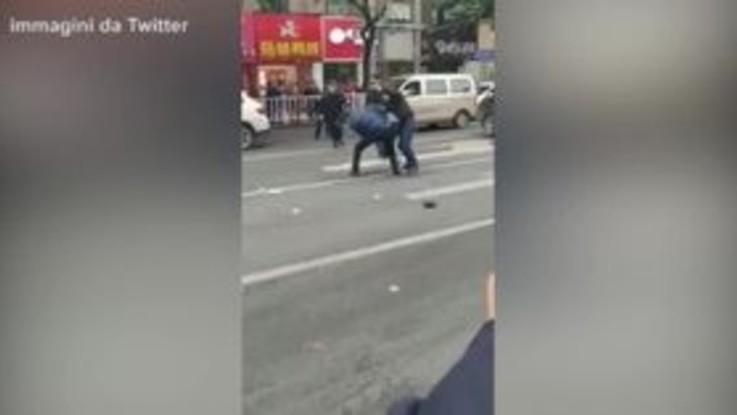 Cina, uomo dirotta un bus e si schianta sulla folla: le immagini della cattura