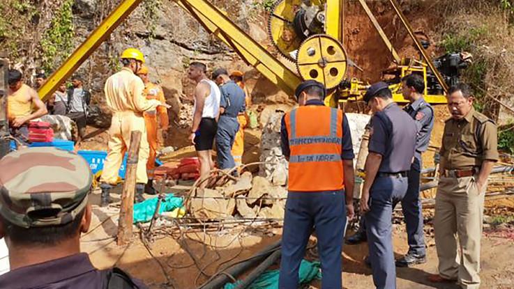 India, inondazione in miniera di carbone illegale: 15 ragazzini bloccati sotto terra