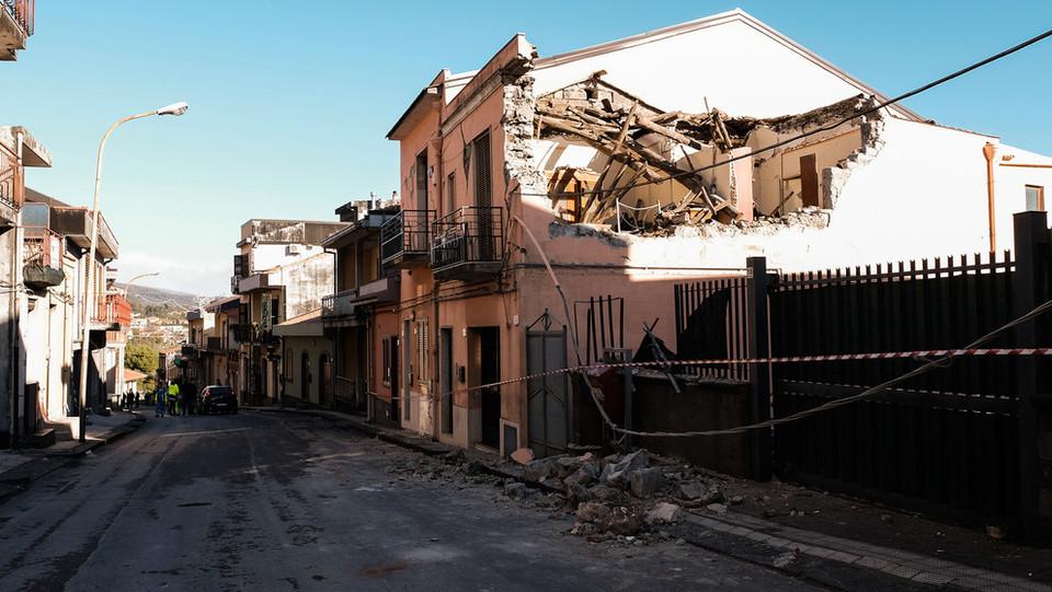 Il tetto crollato di una casa a Zafferana Etnea ©
