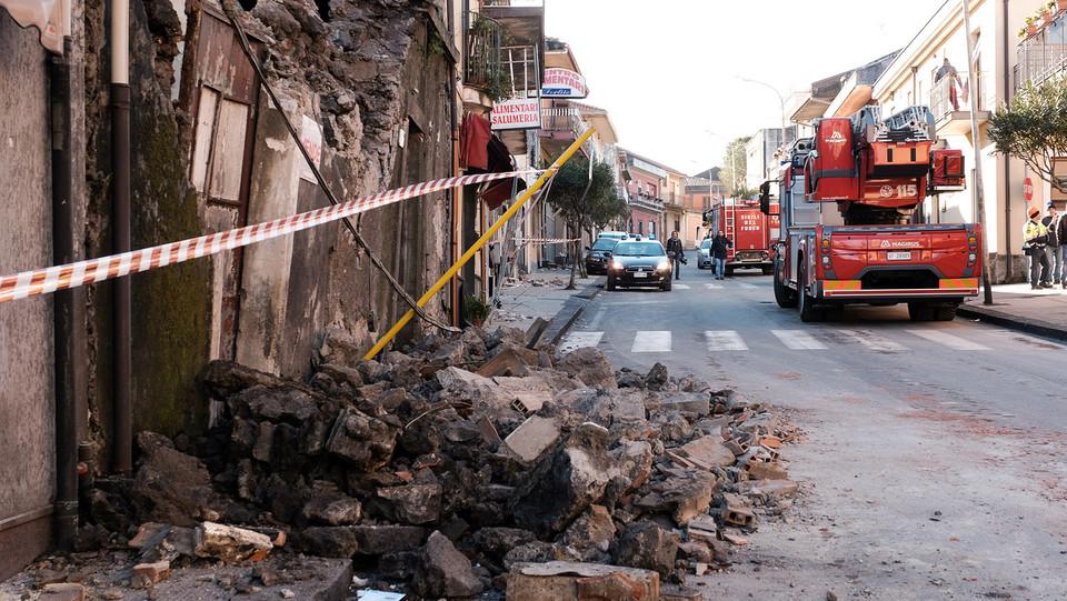 I calcinacci in strada dopo il crollo ©