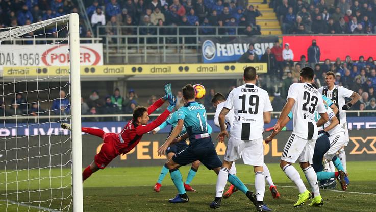 Il turn over non va, Ronaldo salva la Juve in 10 a Bergamo