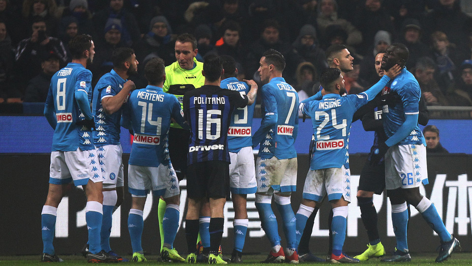 Nel finale nervosismo in campo, espulso anche Lorenzo Insigne. A vincere il big match è l'Inter ©
