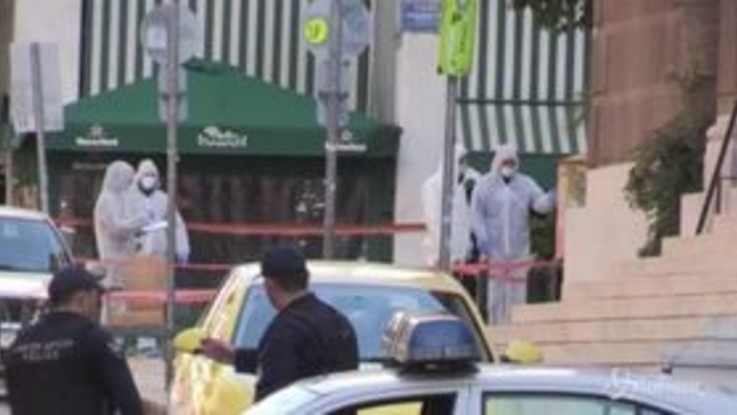 Atene, esplode un pacco sospetto: ferito un poliziotto