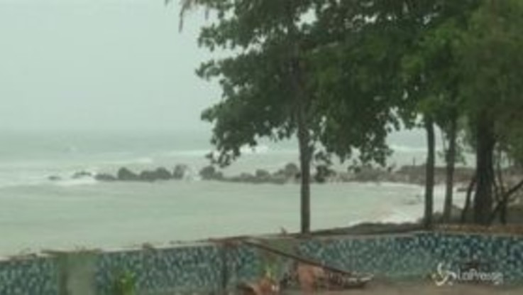 Indonesia, piogge torrenziali dopo lo tsunami: difficile ricerca dei dispersi