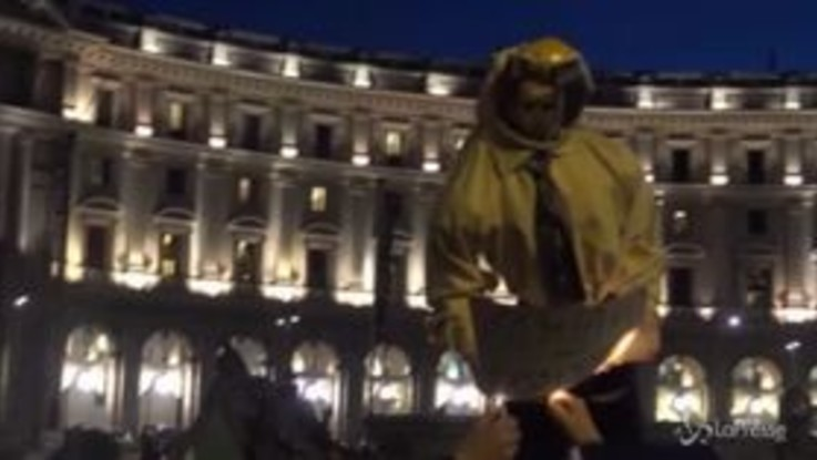 Roma, Ncc in rivolta: bruciato il manichino di Di Maio
