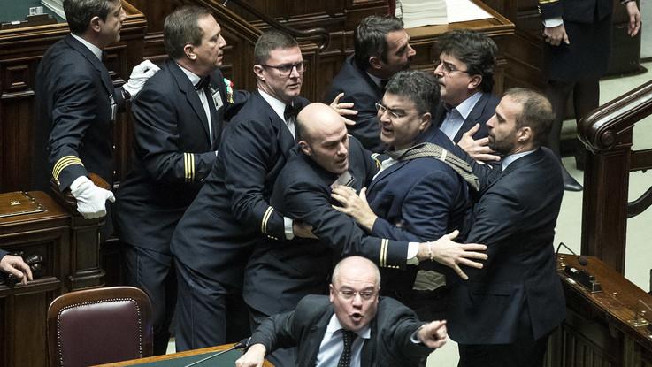 Manovra, è scontro alla Camera, le opposizioni attaccano Fico. Il Pd ricorre alla Consulta