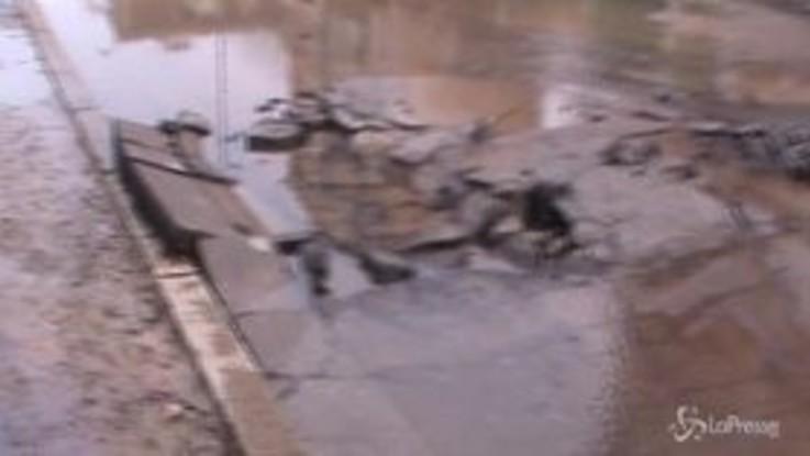 Milano, si allaga via Giambellino: colpa di un tubo rotto