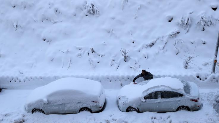 Bufere di neve e piogge negli Usa: migliaia di voli in ritardo, centinaia annullati