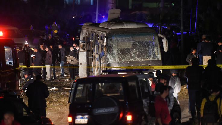 Egitto, ordigno colpisce un bus turistico vicino alle Piramidi: tre morti