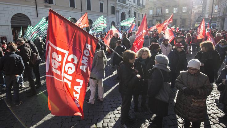 """Manovra, la protesta dei pensionati: """"Basta usarci come bancomat"""""""