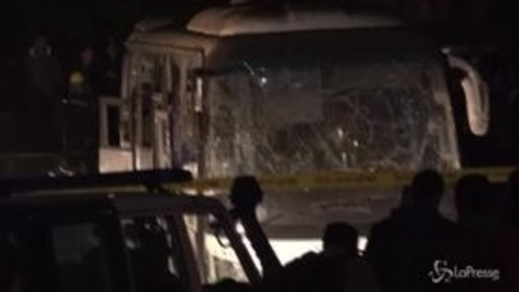 Egitto, bomba contro un autobus turistico