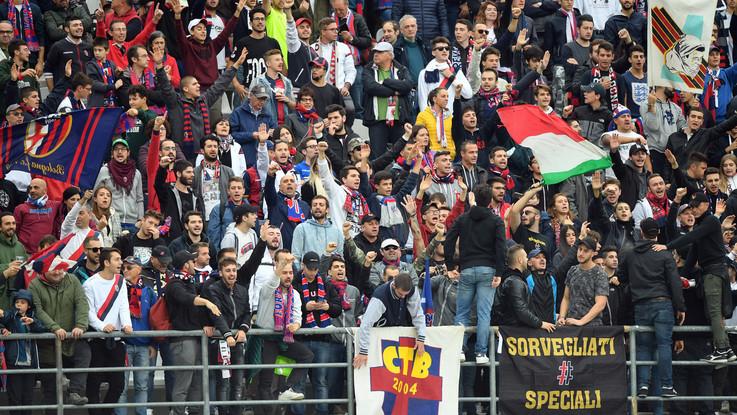 Scontri tra tifosi di Torino e Bologna all'autogrill. Sassi contro bus granata