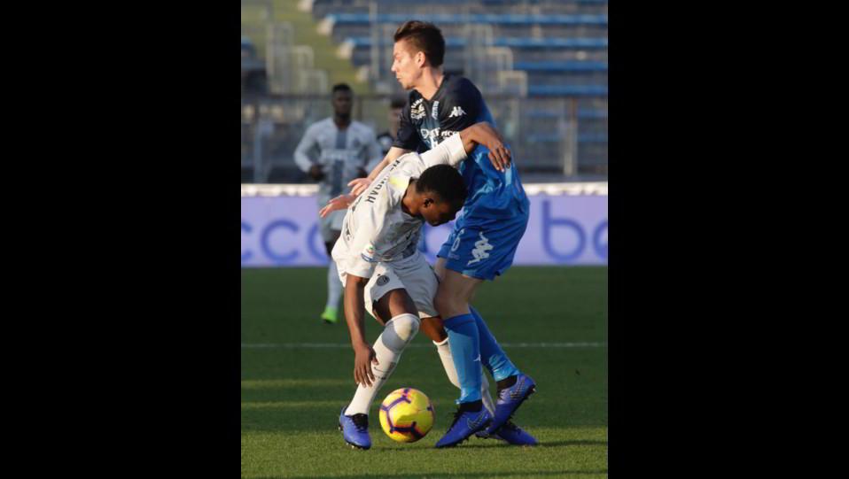 Kwadwo Asamoah (Inter) contrastato da Miha Zajc (Empoli) ©