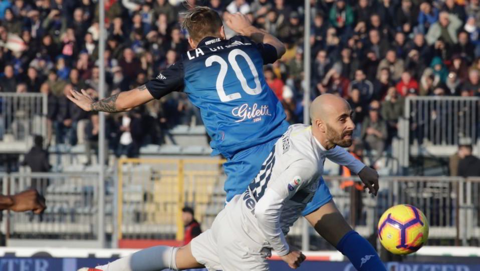 Antonino La Gumina (Empoli) contrastato da Borja Valero (Inter) ©