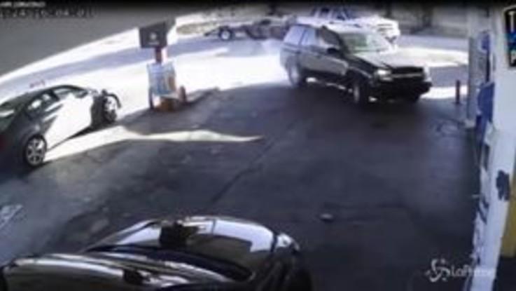 Cerca di rubare un'auto, ma qualcosa va storto: incidente durante il furto