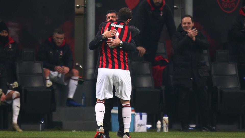 Higuain abbraccia Gattuso ©