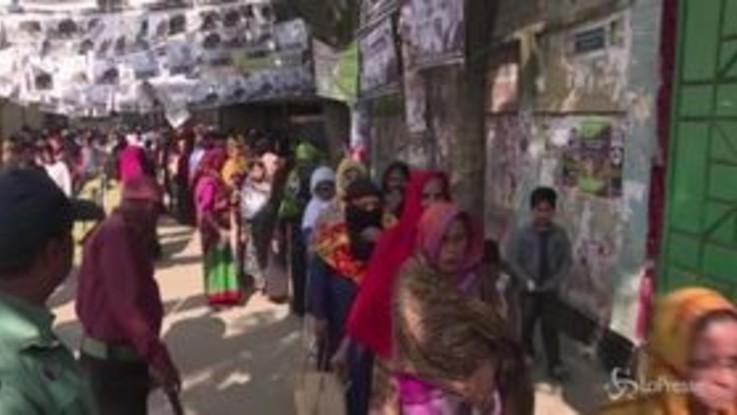 Elezioni in Bangladesh, code ai seggi
