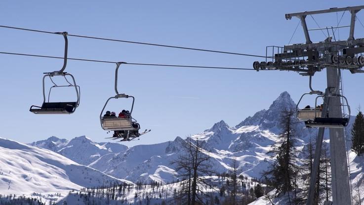 Bergamo, albero cade sui cavi della seggiovia: sciatori bloccati agli Spiazzi di Gromo