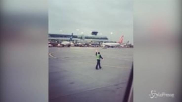 L'addetto al decollo si scatena in pista: il balletto all'aeroporto di Toronto conquista il web
