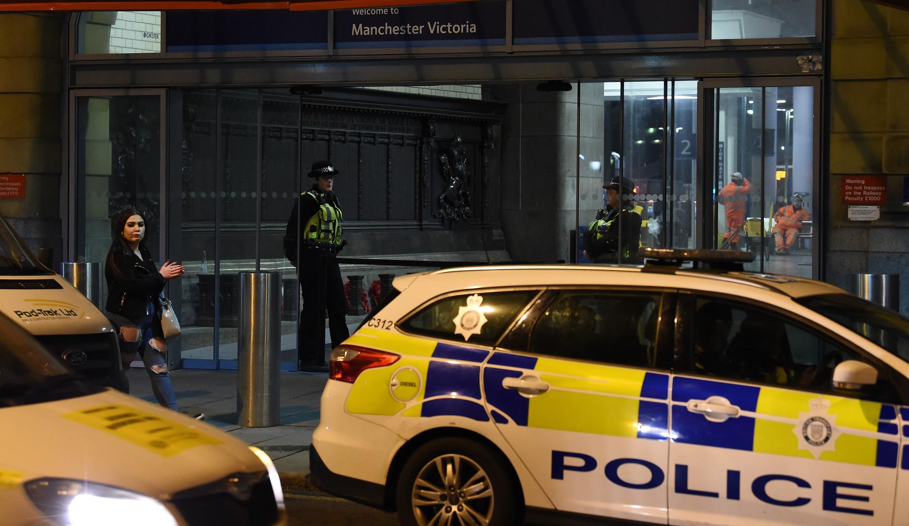 Manchester accoltella i passanti alla stazione: tre feriti