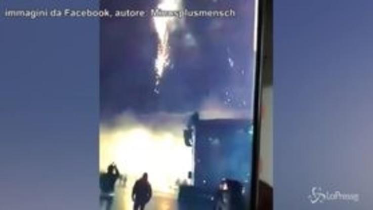 Germania, il momento in cui un'auto travolge alcuni pedoni a Capodanno