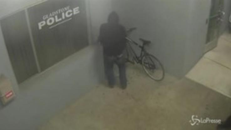 Ladro di biciclette sfrontato: tenta un furto davanti alla stazione di polizia