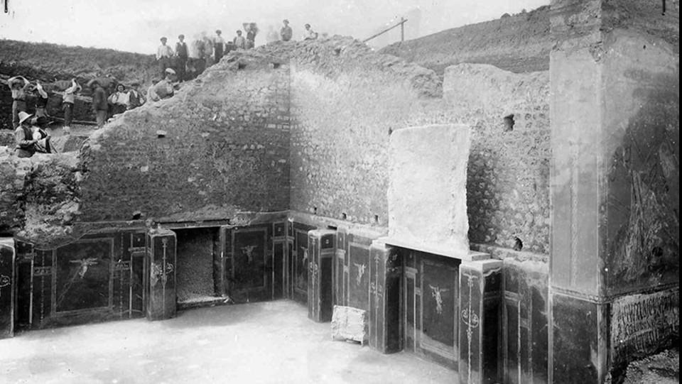 La Schola durante gli scavi del 1915 ©