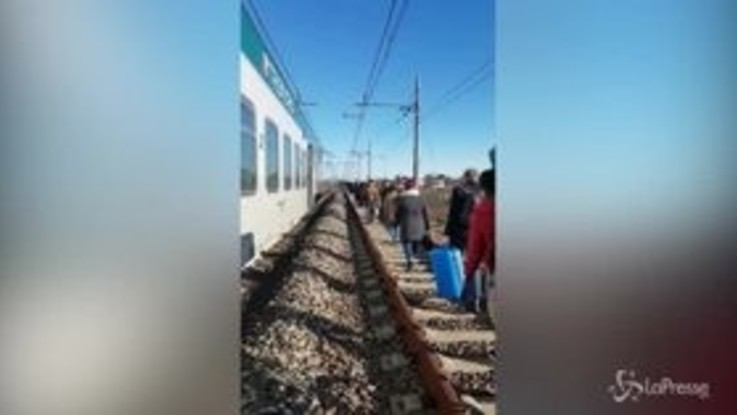 Milano, guasto a un cavo elettrico: passeggeri costretti a camminare lungo i binari