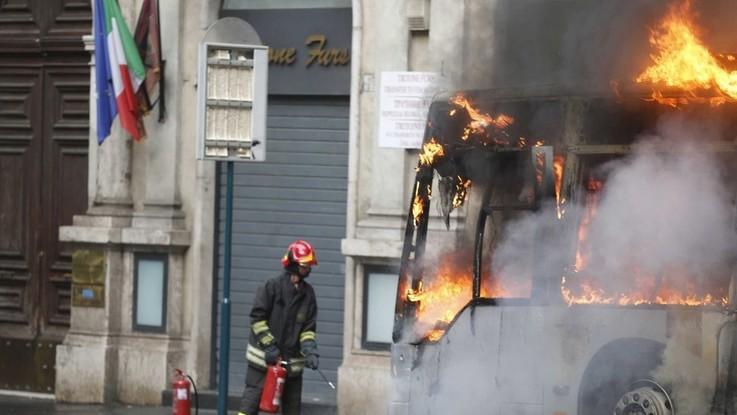 Roma, prende fuoco un altro autobus. Almeno 25 casi nel 2018
