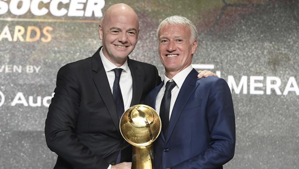 Gianni Infantino premia Didier Deschamps come miglior allenatore dell'anno ©