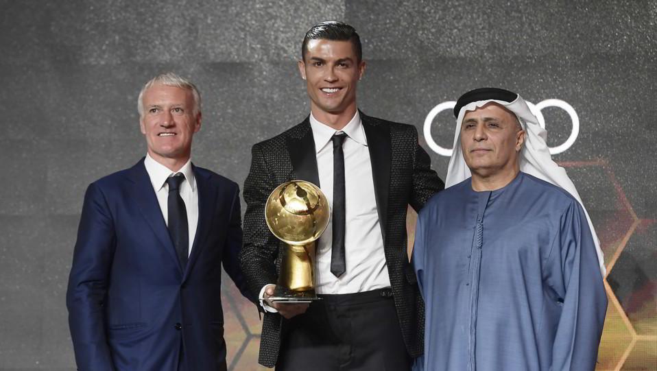 Cr7 riceve il premio anche come miglior giocatore dell'anno ©