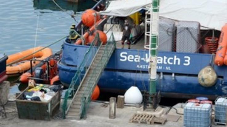 Sea Watch 3, due settimane in mare. Soccorsi ma niente porto