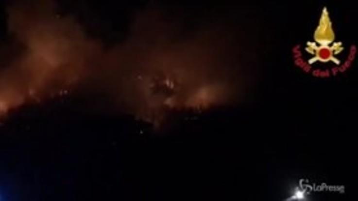 Varese, le fiamme sul monte Màrtica