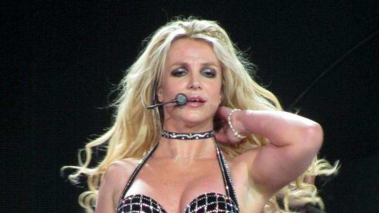 Prima la famiglia: Britney Spears mette in pausa i concerti per stare col papà