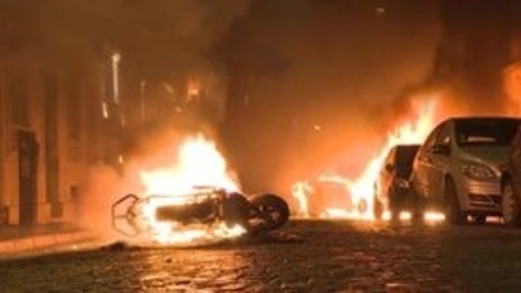 Gilet Gialli, auto in fiamme a Parigi