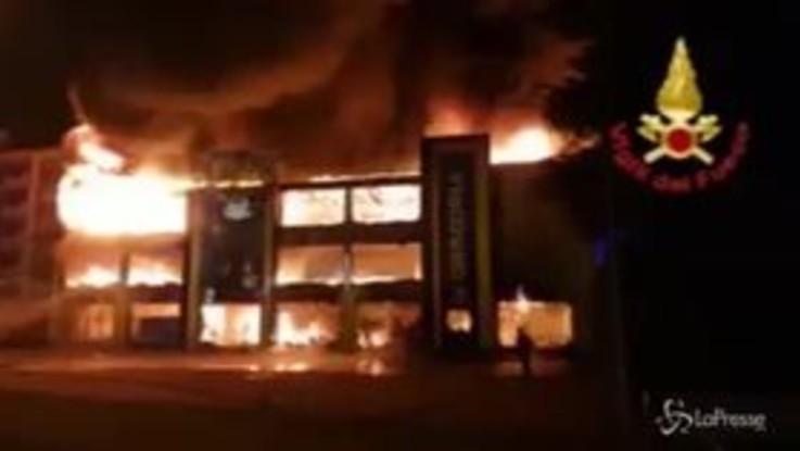 Monza, incendio in un negozio per bambini