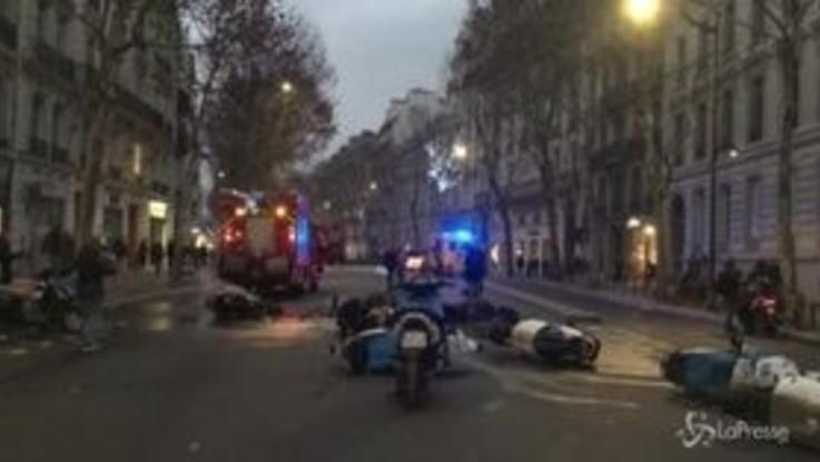 Gilet gialli, a Parigi motorini a e auto distrutte