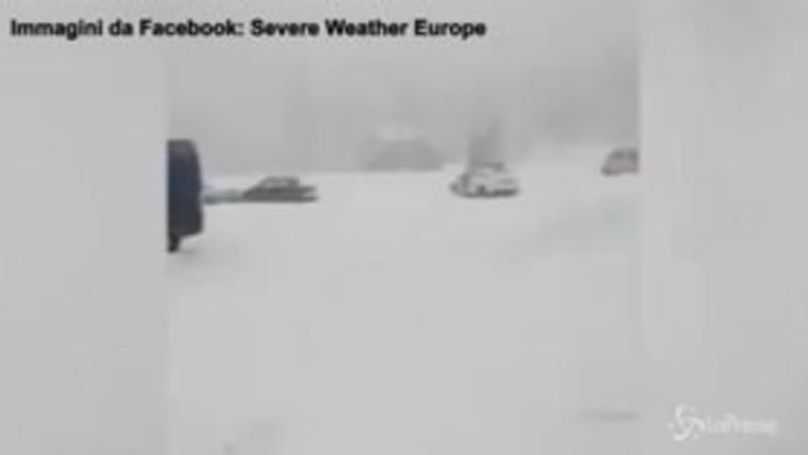 La strada è congelata: le auto scivolano sul ghiaccio come palline di un flipper