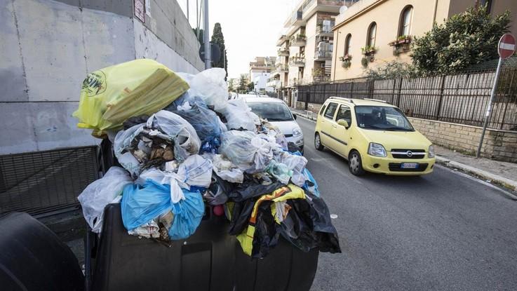 Roma, è caos rifiuti. Presidi in allarme: a rischio la riapertura di alcune scuole