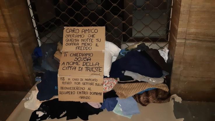 Trieste, cittadini riportano al clochard le coperte buttate dal vicesindaco leghista