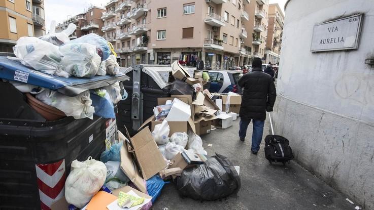 """Roma, rientra l'emergenza rifiuti fuori dalle scuole: """"I bambini potranno tornare sui banchi"""""""