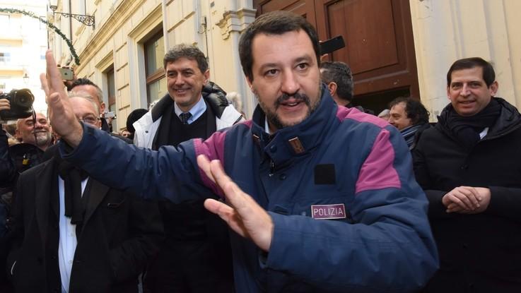 """Saviano contro Salvini: """"Gravissimo indossare divise"""". La replica: """"Ne sono orgoglioso"""""""