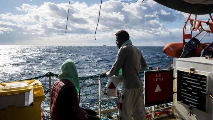 """Migranti, Ue al lavoro per trovare una soluzione. Sea Watch: """"A bordo rifiutano cibo, salute a rischio"""""""