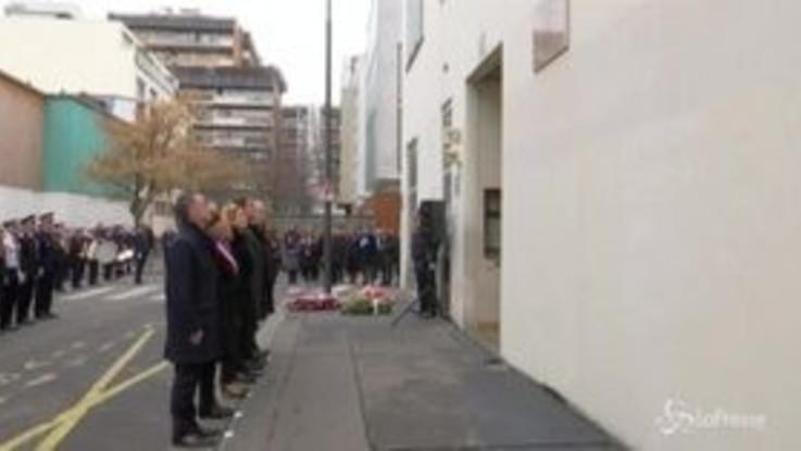Charlie Hebdo, sindaca di Parigi e ministro dell'Interno alla cerimonia per le vittime