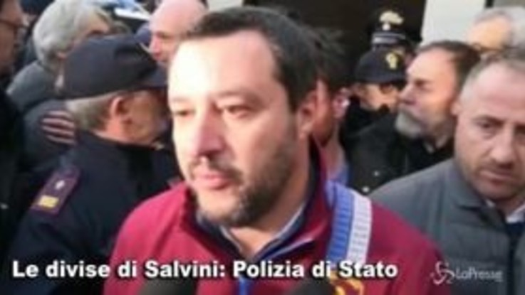 Tutte le divise di Salvini, da poliziotto a vigile del fuoco